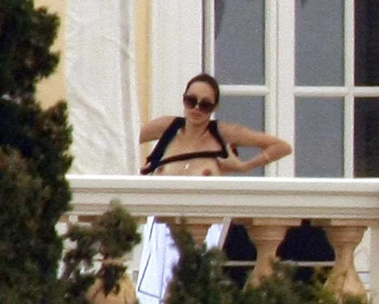 Angelina-Jolie-Naked-20---TheFappening.nu9f0ecd9c74748419.jpg