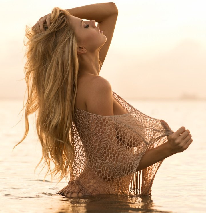 Charlotte McKinney Topless 02 TheFappening.nu