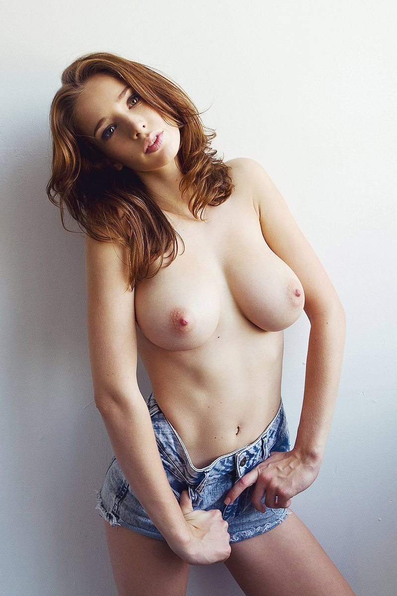 Emily Shaw Topless 05 TheFappening.nu