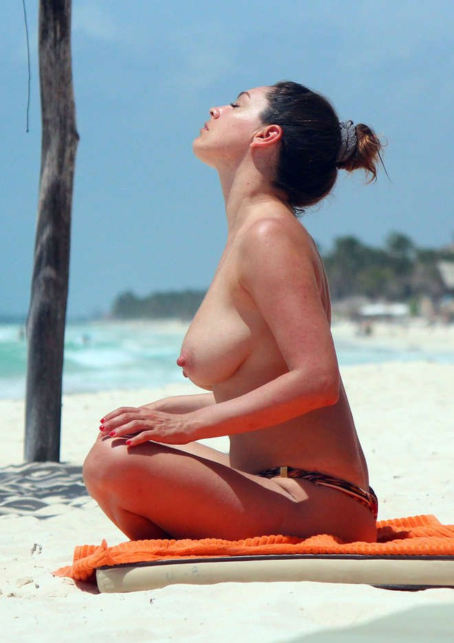 Kelly Brook Topless 03 TheFappening.nu