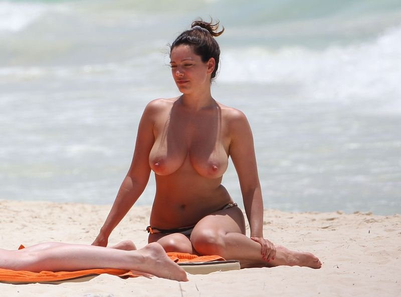 Kelly Brook Topless 08 TheFappening.nu